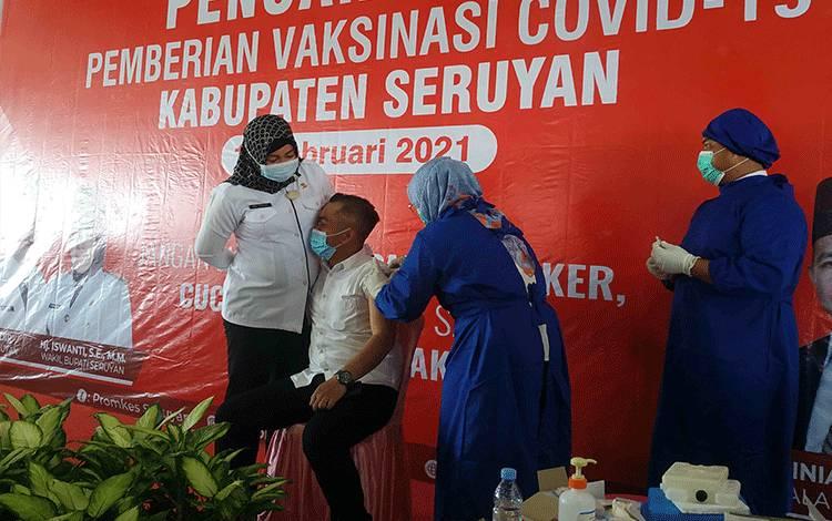 Ketua DPRD Seruyan Zuli Eko Prasetyo saat menjalani vaksinasi Covid-19 didampingi sang isteri.