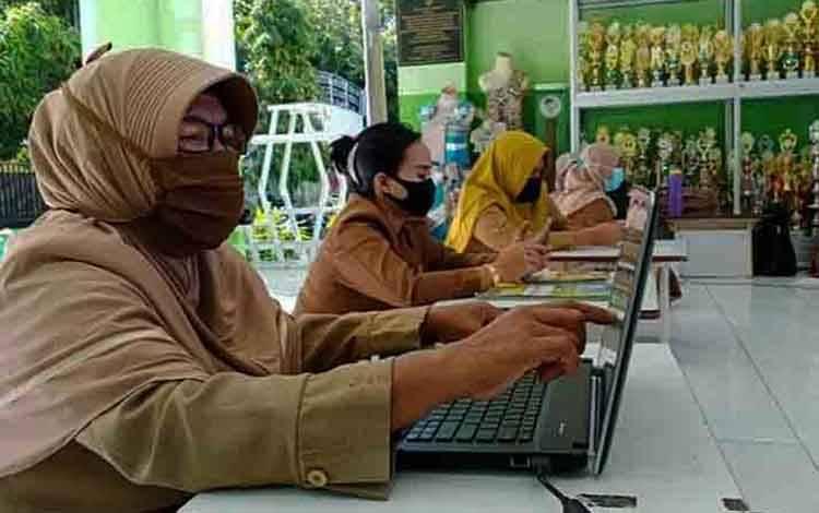 Guru melaksanakan pembelajaran menggunakan laptop