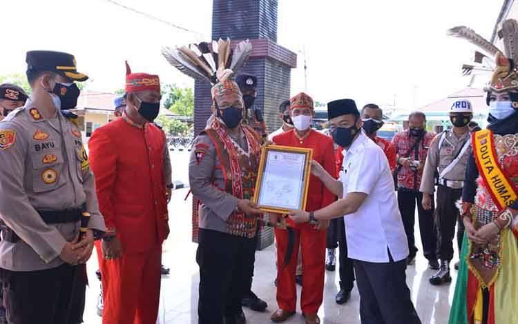 Pemberian gelar adat Kepada Kapolda Kalteng Irjen Pol Dr. Dedi Prasetyo.