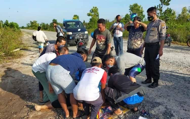 Sejumlah warga dan polisi saat mengevakuasi warga yang meninggal