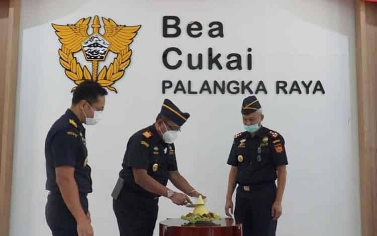 Kepala Kantor Wilayah Direktorat Jenderal Bea dan Cukai (DJBC) Kalimantan Bagian Selatan atau Kalbagsel, Hary Budi Wicaksono saat memotong tumpeng.