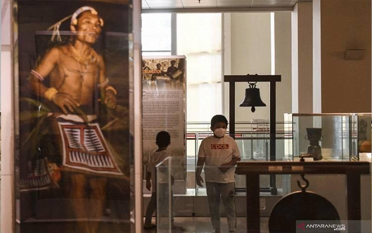 Pengunjung mengamati koleksi Museum Nasional di Jakarta, Sabtu (2/1/2021). ANTARA FOTO/Hafidz Mubarak A/pras.