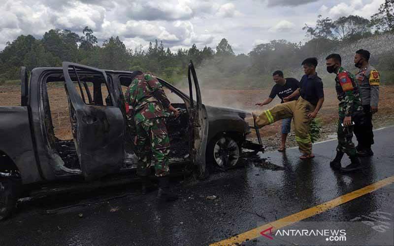Mobil petugas kehutanan Putussibau Utara terbakar di sekitar lokasi aktivitas illegal logging di Kecamatan Putussibau Utara wilayah Kapuas Hulu Kalimantan Barat, Sabtu (13/2/2021). (foto : ANTARA/Timotius/am)
