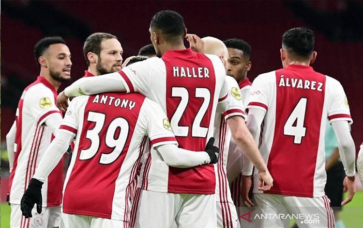 Para pemain Ajax merayakan salah satu gol Sebastien Haller (nomor punggung 22) ke gawang PSV Eindhoven dalam laga perempat final Piala KNVB di Stadion Johan Cruijff Arena, Amsterdam, Belanda, Rabu (10/2/2021) waktu setempat. (ANTARA/AFP/ANP/Olaf Kraak)