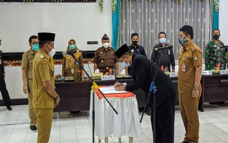Bupati Kotim Supian Hadi menyaksikan penandatanganan berita acara serah terima jabatan Pj Sekda Kotim