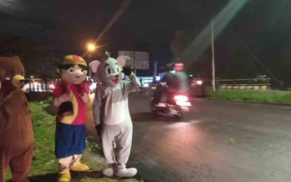 Aktivitas badut jalanan di Palangka Raya.