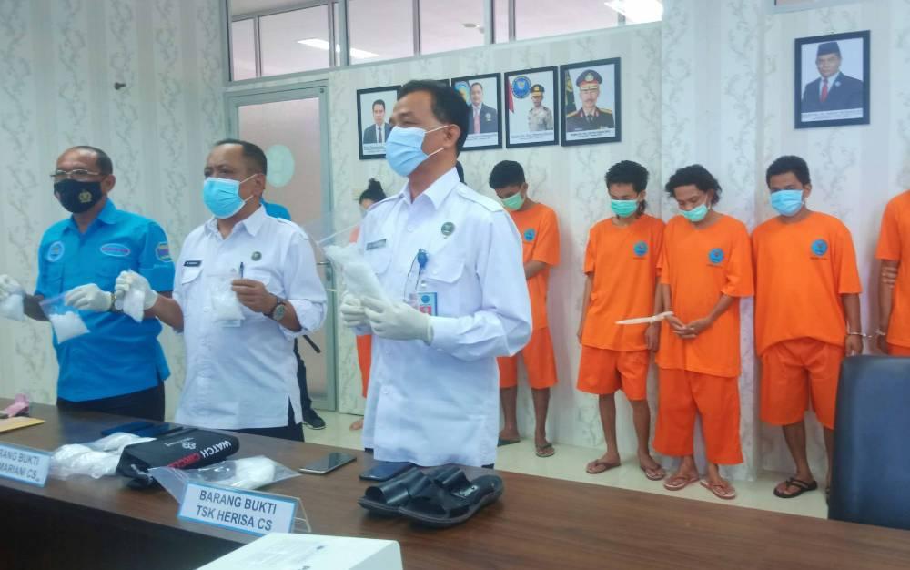Kepala BNNP Kalimantan Tengah, Brigjen Pol Edi Swasono saat memimpin jumpa pers penungkapan tiga jaringan peredaran narkotika, Senin, 15 Februari 2021.