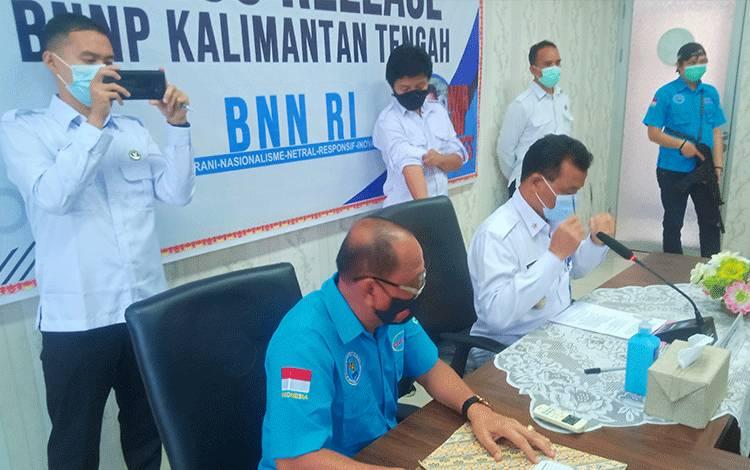 Kepala BNNP Kalteng, Brigjen Pol Edi Swasono (baju putih) saat menggelar jumpa pers terkait pengungkapan kasus sabu.