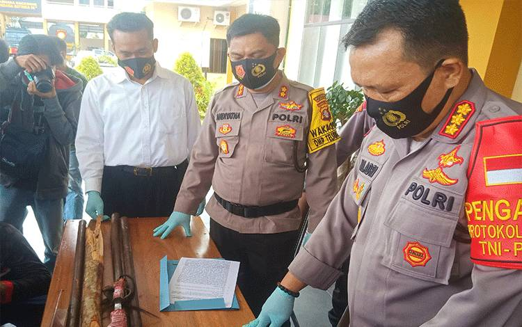 Kapolresta Palangka Raya Kombes Dwi Tunggal Jaladri saat memperlihatkan barang bukti yang diamankan terkait perkelahian di halaman karaoke Nav.