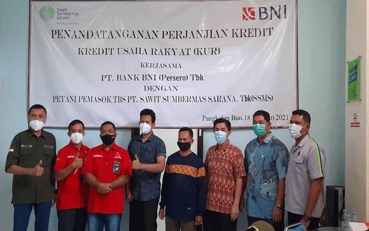 Penandatangan Akad Kredit Mitra Swadaya Plasma Binaan PT SSMS Bersama BNI