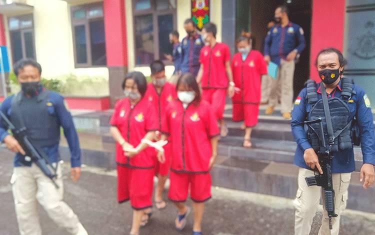 Anggota Ditresnarkoba Polda Kalteng saat menggiring tersangka. (2 perempuan di depan dari tersangka di Sampit).