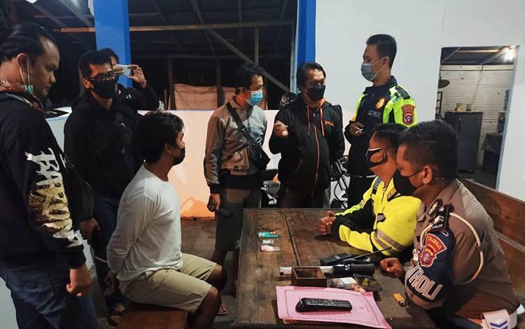 Anggota Satlantas Polresta Palangka Raya saat melakukan introgasi kepada pengendara motor yang kedapatan menyimpan narkoba.