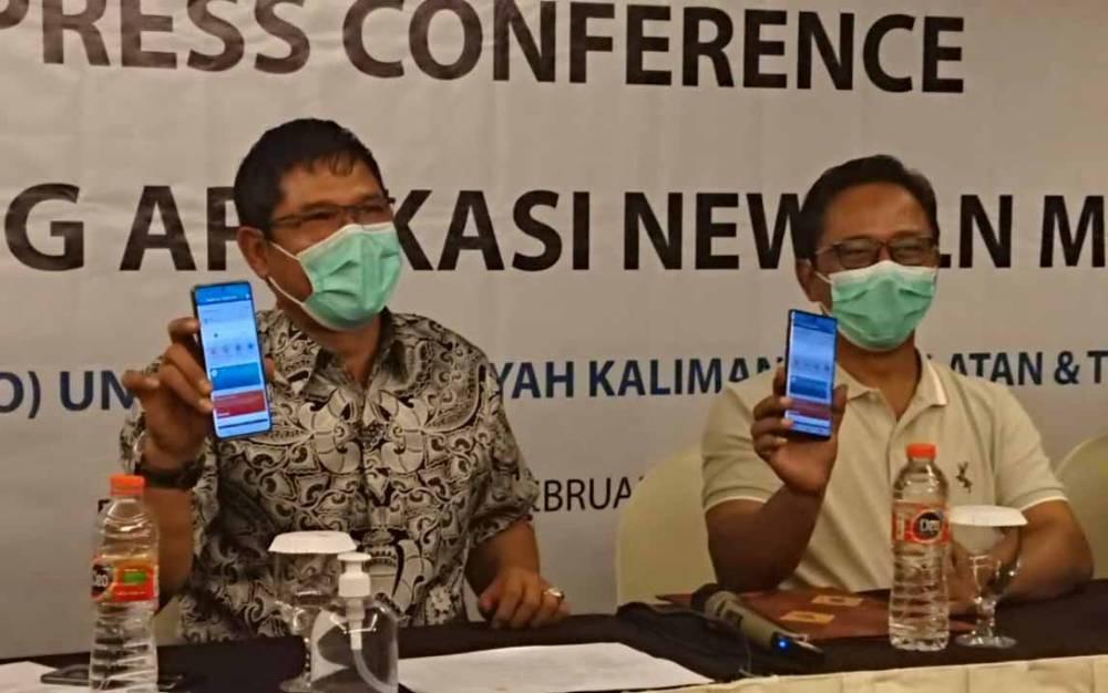 General Manager PLN UIW Kalselteng, Sudirman (batik kiri) saat menunjukan aplikasi New PLN Mobile, Kamis malam. 18 Februari 2021.