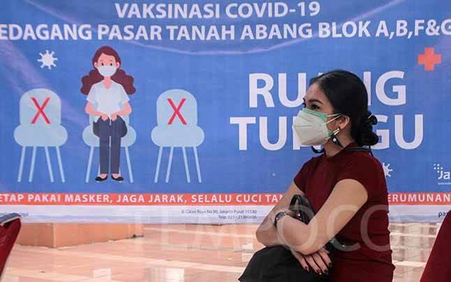Pedagang Pasar Tanah Abang menunggu untuk menjalani vaksinasi COVID-19 massal di Pasar Tanah Abang Blok A, Jakarta, Rabu, 17 Februari 2021. (foto : TEMPO/Hilman Fathurrahman W)