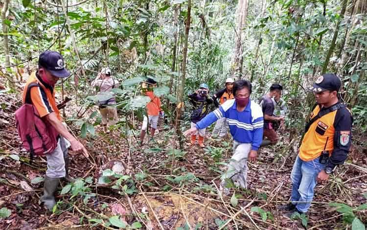 Tim BPBD Katingan bersama warga Tumbang Habangoi melakukan pencarian terhadap ibu Mile.