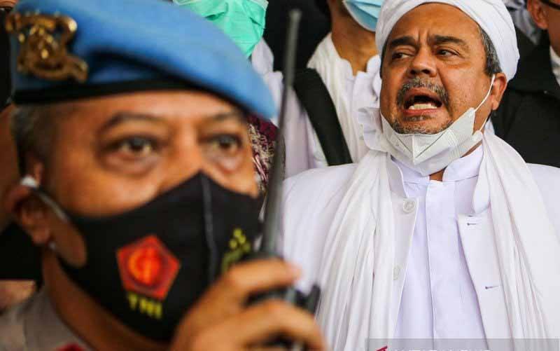 Imam Besar Front Pembela Islam (FPI) Habib Rizieq Shihab (tengah) bersiap menjalani pemeriksaan di Mapolda Metro Jaya, Jakarta, Sabtu (12/12/2020). (foto : ANTARA FOTO/Fauzan)