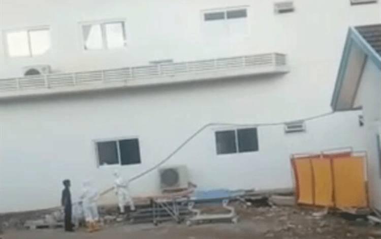Petugas medis mengavuasi jenazah korban yang tewas karena terjun dari lantai 5 RSUD Muara Teweh.