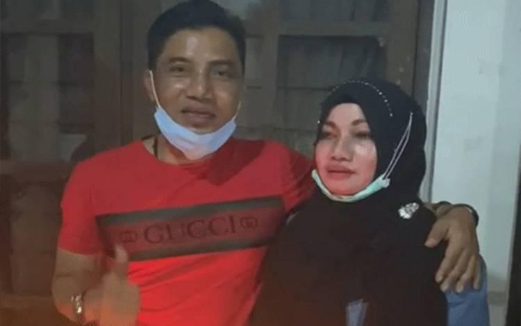 Bupati Kotim periode 2010-2015 dan 2016-2021 Supian Hadi, bersama adiknya, Irawati.