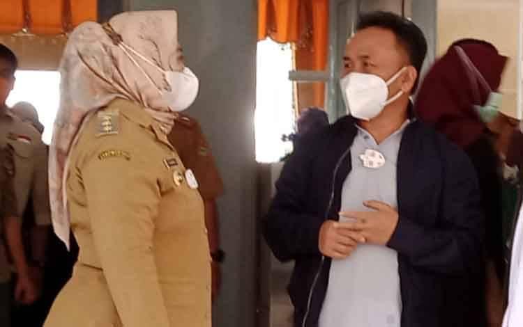 Gubernur Kalteng Sugianto Sabran saat berbincang dengan Bupati Kobar Nurhidayah, sesaat setelah tiba di Bandara Iskandar Pangkalan Bun, Kabupaten Kobar, Senin, 22 Februari 2021
