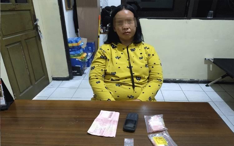 Seorang IRT pengedar sabu saat diperiksa di Polres Kotim.