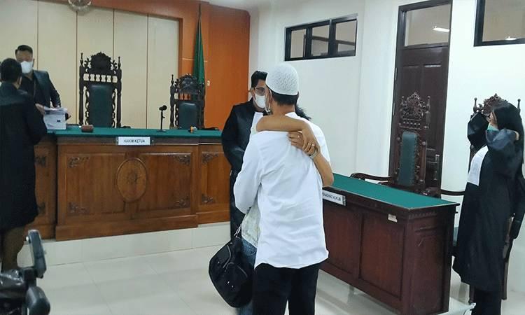 M Abdul Fatah saat memeluk istrinya usai divonis bebas.