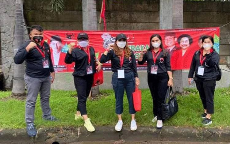 Anggota DPRD Gumas Elvie Esie (dua dari kanan) bersama koleganya tengah mengikuti kegiatan partai. Sabtu (20/2).