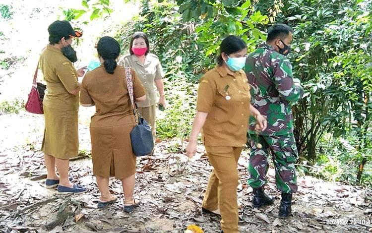 Peninjauan lokasi tanah longsor di Desa Bamban.