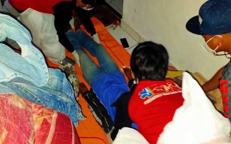 Tim Inafis Satreskrim Polresta Palangka Raya dibantu ERP saat melakukan evakuasi korban ke RSUD Doris Sylvanus