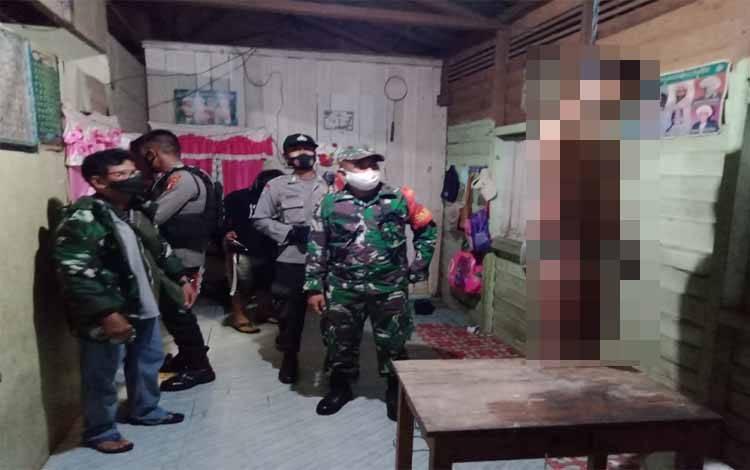 Aparat TNI dan Polri bersama warga melihat pelaku yang nekad mengakhiri hidupnya dengan cara gantung diri RT 003 Kelurahan Petuk Katimpun, Rabu 24 Februari 2021 sekitar pukul 01.00 WIB