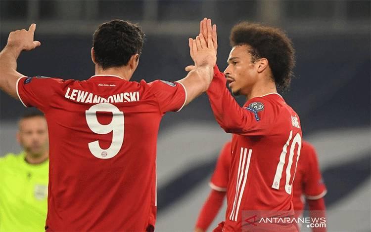 Penyerang sayap Bayern Muenchen Leroy Sane (kanan) melakukan selebrasi bersama Robert Lewandowski selepas mencetak gol ketiga timnya ke gawang Lazio dalam leg pertama babak 16 besar Liga Champions di Stadion Olimpico, Roma, Italia, Selasa (23/2/2021) waktu setempat. (ANTARA/REUTERS/Alberto Lingria)
