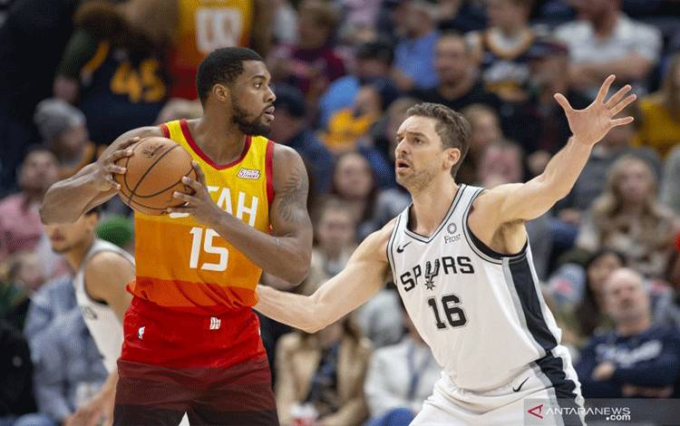 Feb 9, 2019; Salt Lake City, UT, USA; Utah Jazz forward Derrick Favors (15) holds the ball while defended by San Antonio Spurs center Pau Gasol (16) during the second half at Vivint Smart Home Arena. Mandatory Credit: Rob Gray-USA TODAY Sports (USA TODAY Sports/Rob Gray)