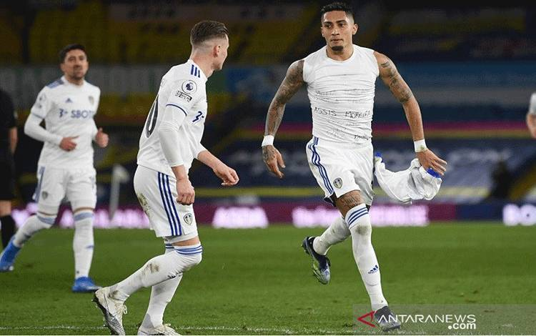 Penyerang sayap Leeds United Raphinha (kanan) melakukan selebrasi selepas mencetak gol tendangan bebas ke gawang Southampton dalam laga tunda pekan ke-18 Liga Inggris di Stadion Elland Road, Leeds, Inggris, Selasa (23/2/2021) waktu setempat. (ANTARA/REUTERS/POOL/Gareth Copley)