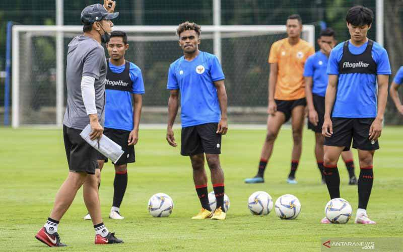 Pelatih Tim Nasional Indonesia Shin Tae-yong (kiri) memberikan instruksi pada Timnas U-22 saat latihan perdana di Lapangan D, Kompleks Gelora Bung Karno, Senayan, Jakarta, Rabu (10/2/2021). Latihan perdana Timnas U-22 diikuti 31 pemain yang dipersiapkan untuk ajang SEA Games 2021 di Vietnam. (foto : ANTARA FOTO/M Risyal Hidayat/foc)