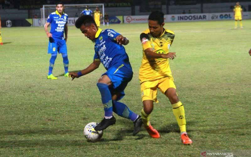 Pesepak bola Persib Bandung Ghozali Muharam Siregar (kiri) berebut bola dengan pemain Barito Putera Evan Dimas Darmono (kanan) dalam pertandingan lanjutan Liga 1 2019 di Stadion Demang Lehman Martapura, Kalimantan Selatan, Minggu (4/8/2019). (foto : ANTARA FOTO/BAYU PRATAMA S)