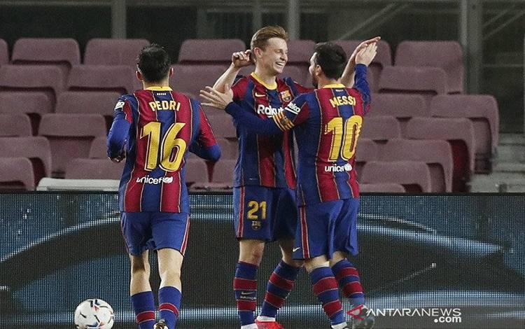 Penyerang Barcelona Lionel Messi (kanan) melakukan selebrasi bersama rekan-rekannya selepas mencetak gol keduanya ke gawang Elche dalam laga tunda Liga Spanyol di Stadion Camp Nou, Barcelona, Spanyol, Rabu (24/2/2021) waktu setempat. (ANTARA/REUTERS/Albert Gea)