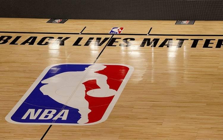 Logo NBA di tengah lapangan AdventHealth Arena di ESPN Wide World Of Sports Complex. Lake Buena Vista, Florida, Amerika Serikat, 27 Agustus 2020. (AFP/KEVIN C. COX)