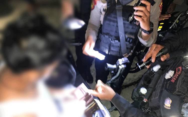 Pria yang diduga homo ini saat dilakukan introgasi oleh aparat kepolisian.