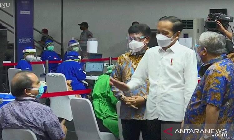 Tangkapan Layar Presiden Joko Widodo meninjau vaksinasi COVID-19 terhadap awak media di Gedung Basket Senayan, Gelora Bung Karno, Jakarta, Kamis. (FOTOANTARA/HO-Youtube Sekretariat Presiden)