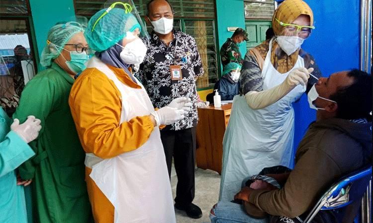 Sejumlah petugas kesehatan saat melakukan swab antigen terhadap pelanggar protokol kesehatan.
