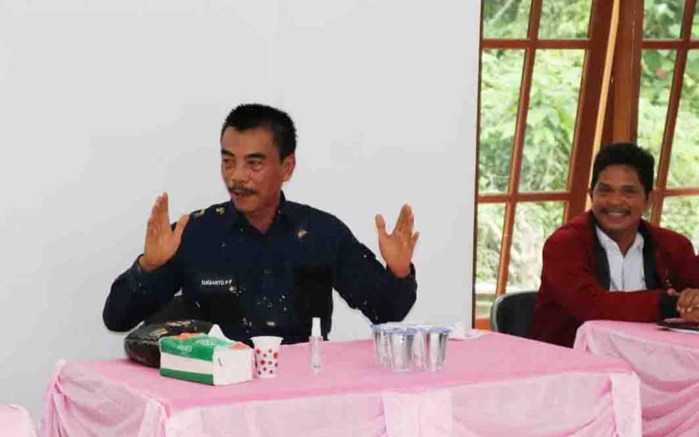Wakil Bupati Barito Utara, Sugianto Panala Putra menyampaikan pesan dalam pertemuan dengan masyarakat Desa Panaen