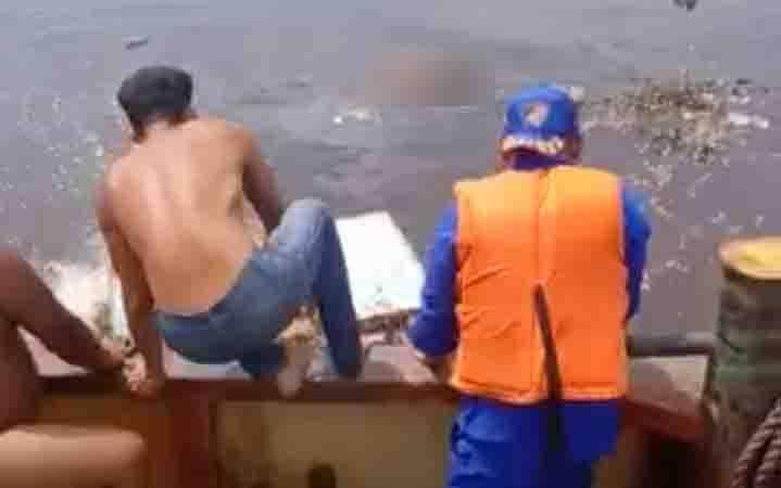 Sejumlah aparat kepolisian dan ABK saat berupaya evakuasi korban tenggelam yang mengapung di Sungai Mentaya