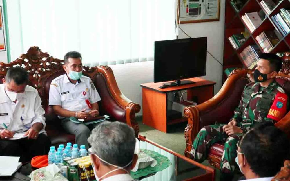 Dandim 1013 Muara Teweh, LetkolKav Rinaldi Irawan M Han saat menerima kunjungan dan berdiskusi dengan Kepala Dinas Pertanian BaritoUtara beserta jajarannyadi ruangkerjanya.