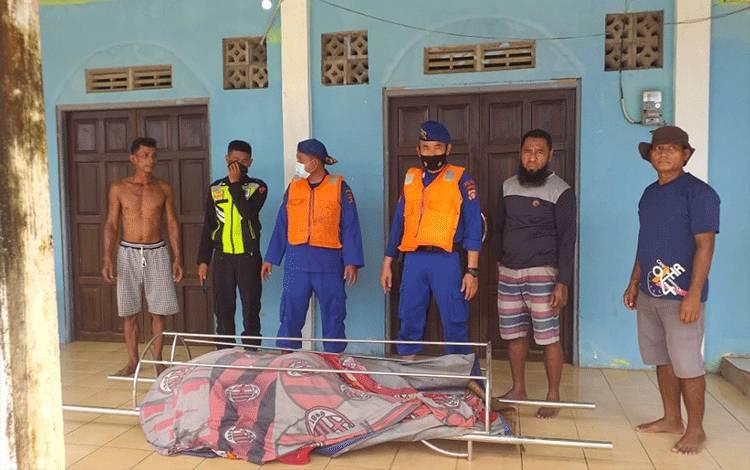 Jasad ABK yang ditemukan mengapung di Sungai Mentaya, usai di evakuasi oleh aparat dan teman sesama ABK.