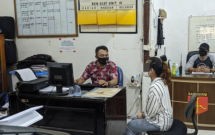 Perempuan pelaku penggelapan uang perusahaan saat diperiksa di Polres Kotim.