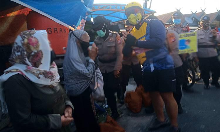Kapolda Kalteng Irjen Dedi Prasetyo memberikan bantuan paket sembako kepada warga Puntun Kecamatan Pahandut, Kota Palangka Raya.