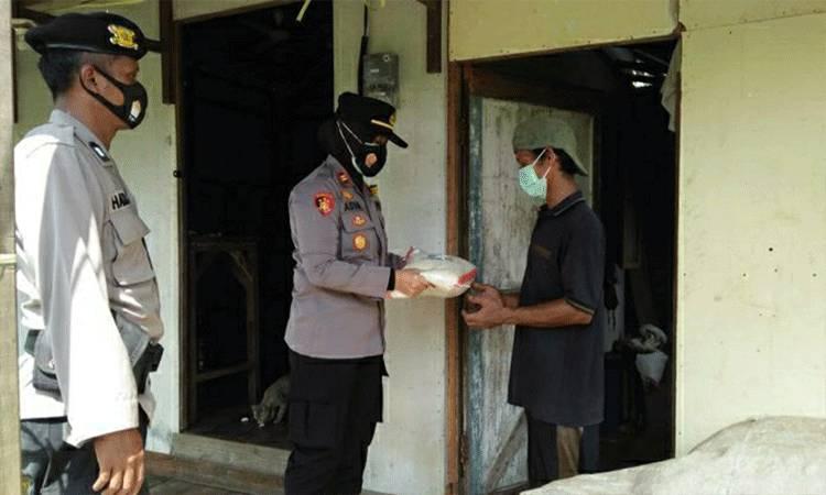 Kapolsek Kapuas Timur, Iptu Siti Rabiyatul Adawiyah saat menyalurlan bantuan beras kepada warga terdampak covid-19.