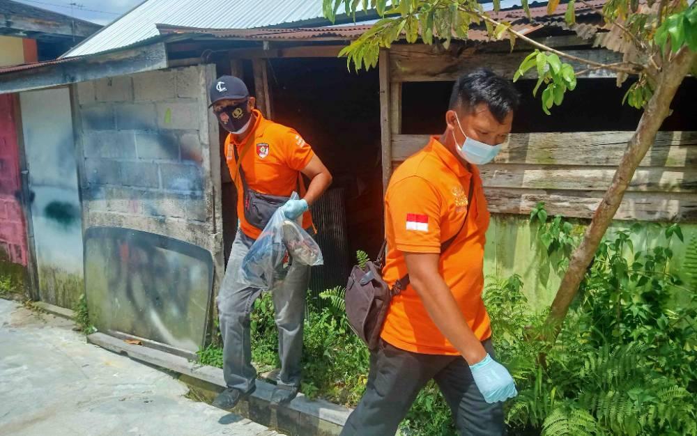 Anggota Inafis Polresta Palangka Raya saat membawa sejumlah barang yang berada di TKP untuk bukti awal proses penyelidikan