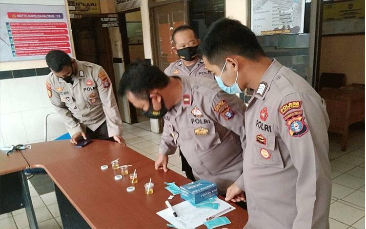 Kegiatan tes urine bagi personel Polsek Benua Lima.