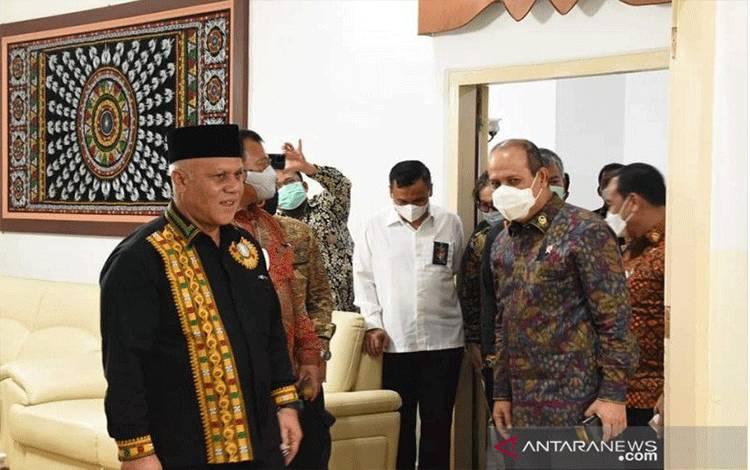 Dokumentasi - Kepala BNPT Komjen Pol Boy Rafli Amar (kanan) saat tiba di Pendopo Bupati Aceh Tengah, Kamis (25/2/2021) malam. (ANTARA/HO)