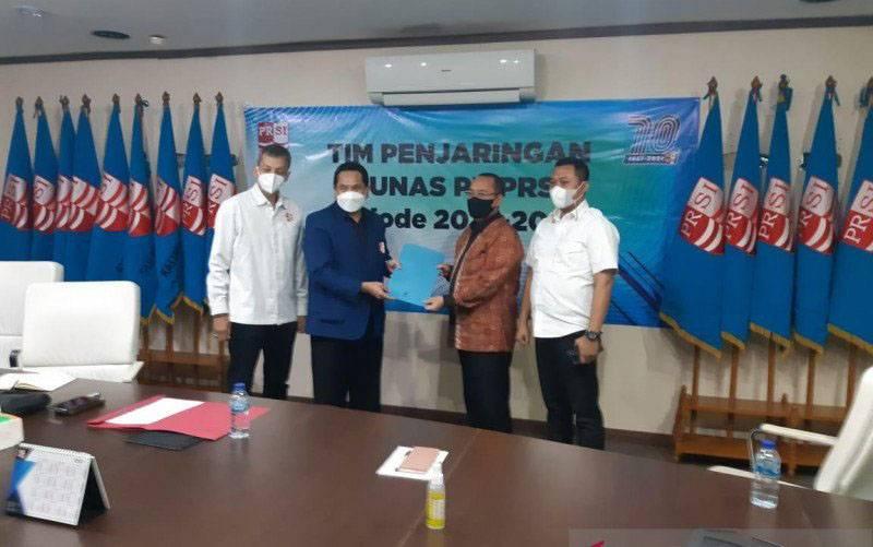 Wibisono (kedua kanan) saat menyerahkan berkas persyaratan pencalonan pemilihan ketua umum PB PRSI ke tim penjaringan dan penyaringan di Kantor PRSI di Jakarta, Selasa (23/2/2021). (foto : ANTARA/HO-tim sukses)